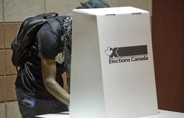 Photo d'une personne votant aux élections